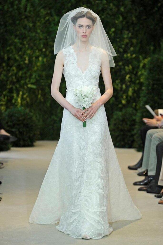 Vestido de novia con detalles pintados a mano, sin mangas y con escote en V - Foto Carolina Herrera