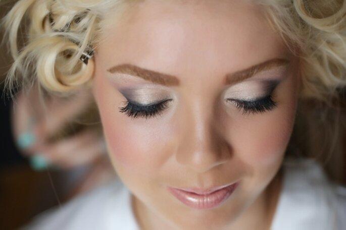 Cómo elegir al maquillista de novia para tu boda. Foto Haircomesthebride
