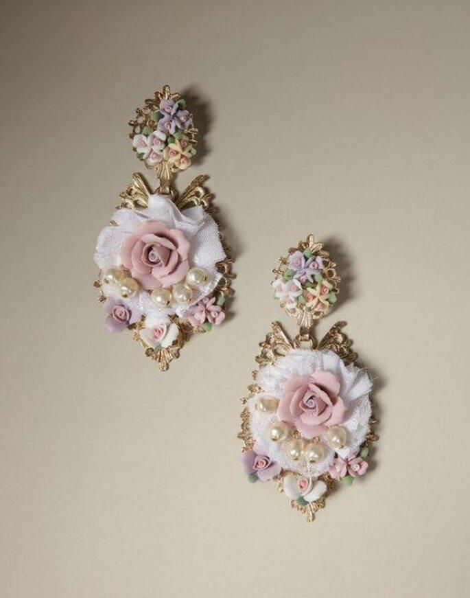 Aretes con inspiración barroca con relieves de flores y toques dorados - Foto Dolce & Gabbana