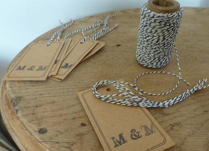 Tarjetas de cartón con las iniciales de los novios para personalizar cualquier detalle de la boda. Foto: Muestras Maricel