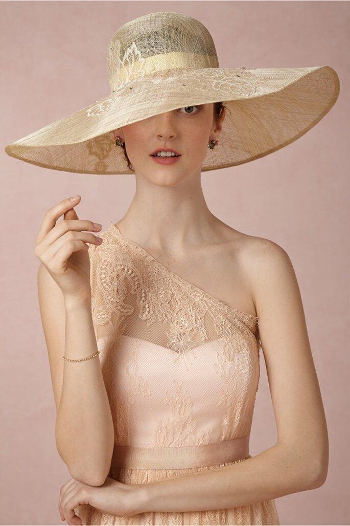 Sombrero para novia estilo pamela con un color sutil - Foto BHLDN