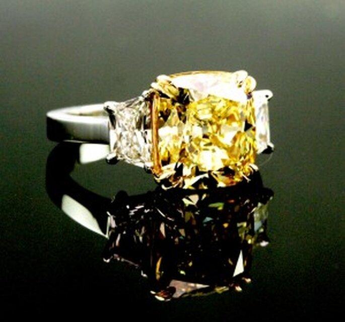 L'anello di fidanzamento di tendenza del 2013 è quello con diamante giallo! Foto: Jonathan's Fine Jewelers