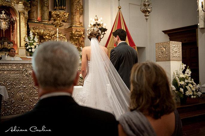 Entrée de la mariée dans l'église : situation maîtrisée ! - Photo : Adriana Carolina