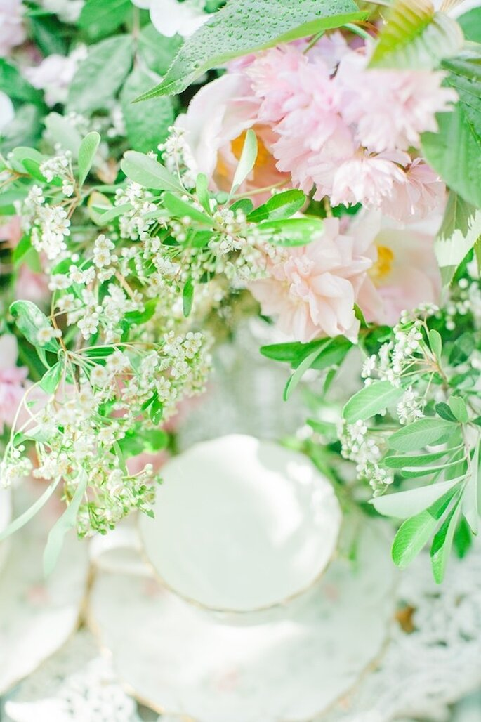 Apuesta por incorporara en el montaje una vajilla vintage con estampados en color rosa - Foto Avec L'Amour Photography