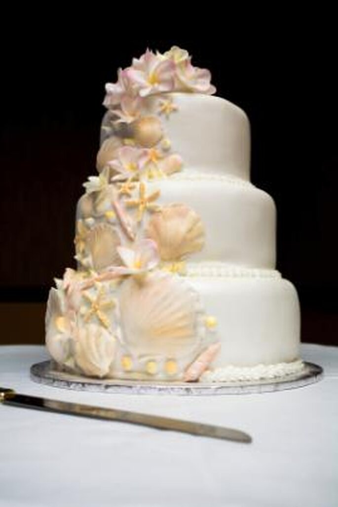 Beach-themed wedding cake with shells and starfish