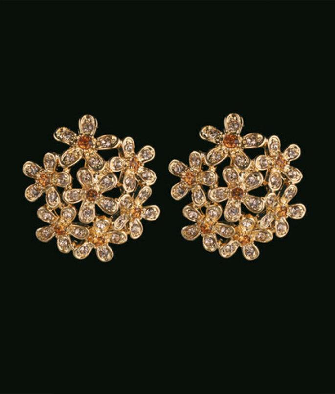 Aros dorados cortos: ideales para vestidos en tonos marfil, amarillos o lilas.