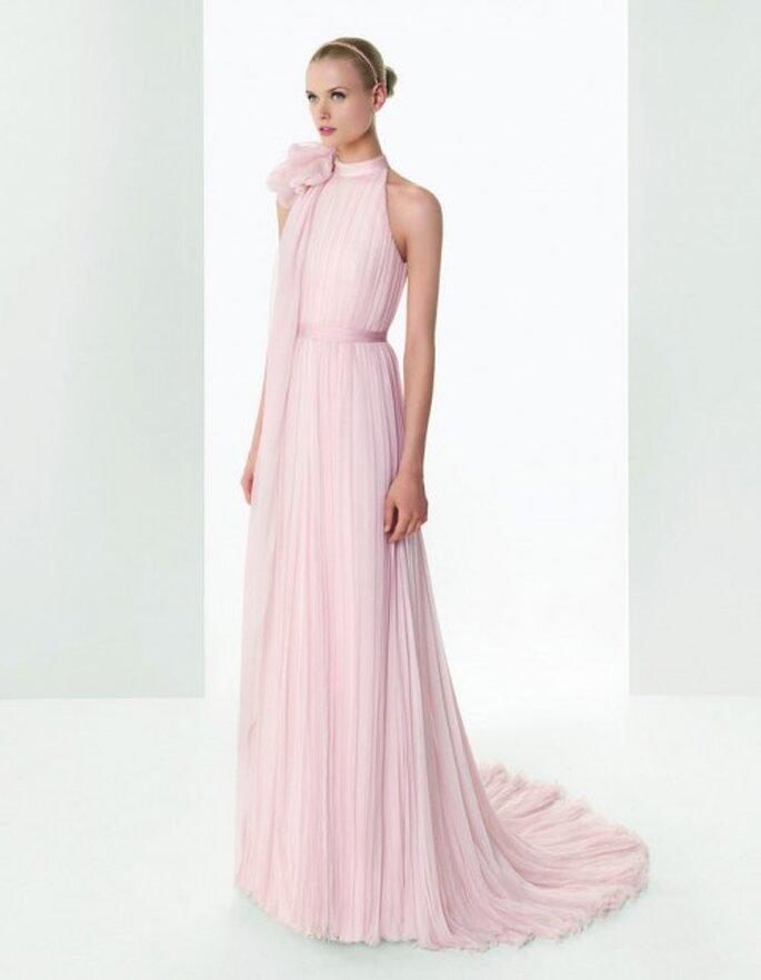 Vestido de novia estilo halter en color rosa - Foto Rosa Clará