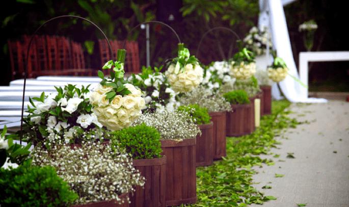 Decoración con mucho verde y madera para una boda de campo. Foto de Edu Federice