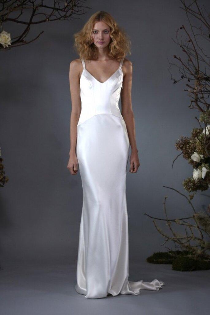 Vestido de novia con silueta columna y cauda barrida - Foto Elizabeth Fillmore