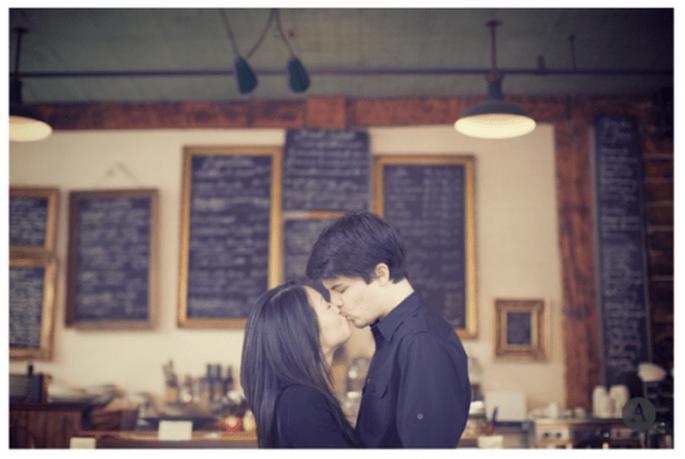 Séance photographique pré-mariage pour les couples passionnés de café - Photo The Apartment Wedding Photography