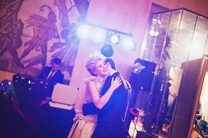 Los recién casados bailan durante la fiesta posterior al enlace. Foto: Díez & Bordons.