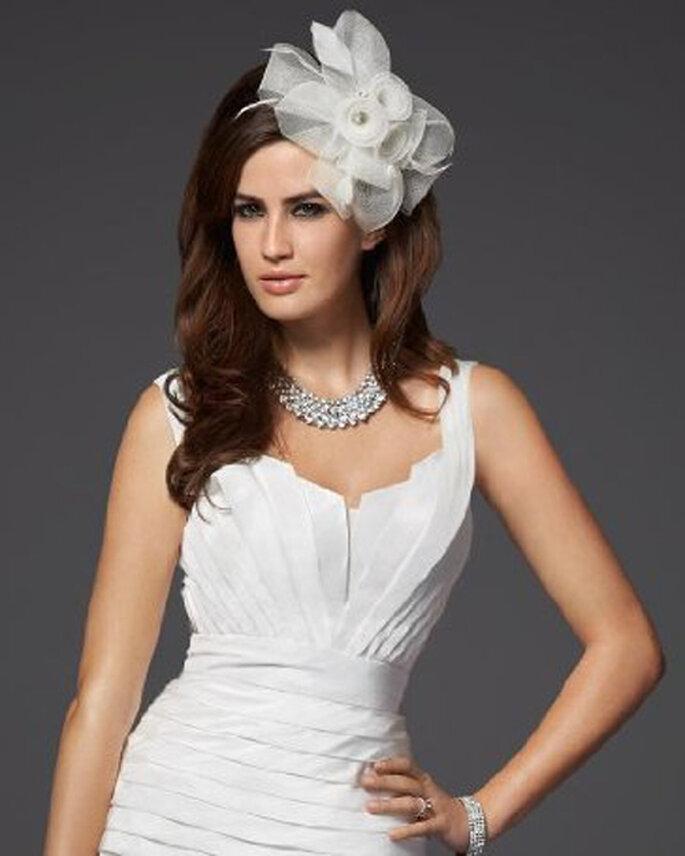 Elegante tocado de flor para novias - Foto Bebe Bridal