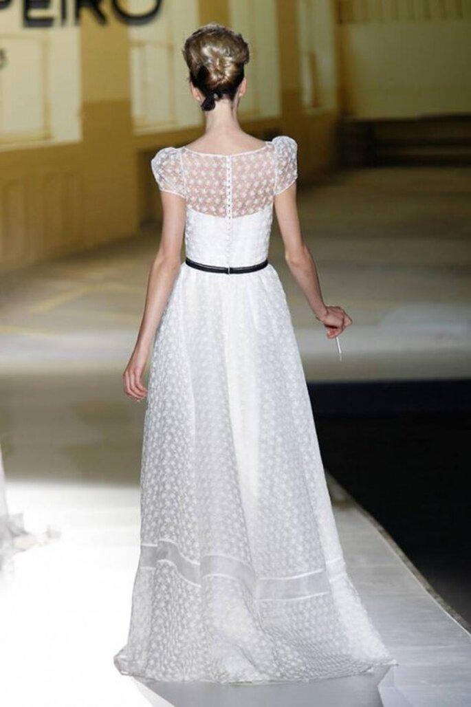 Vestido de novia con mangas cortas y escote discreto en la espalda - Foto Jesús Peiro