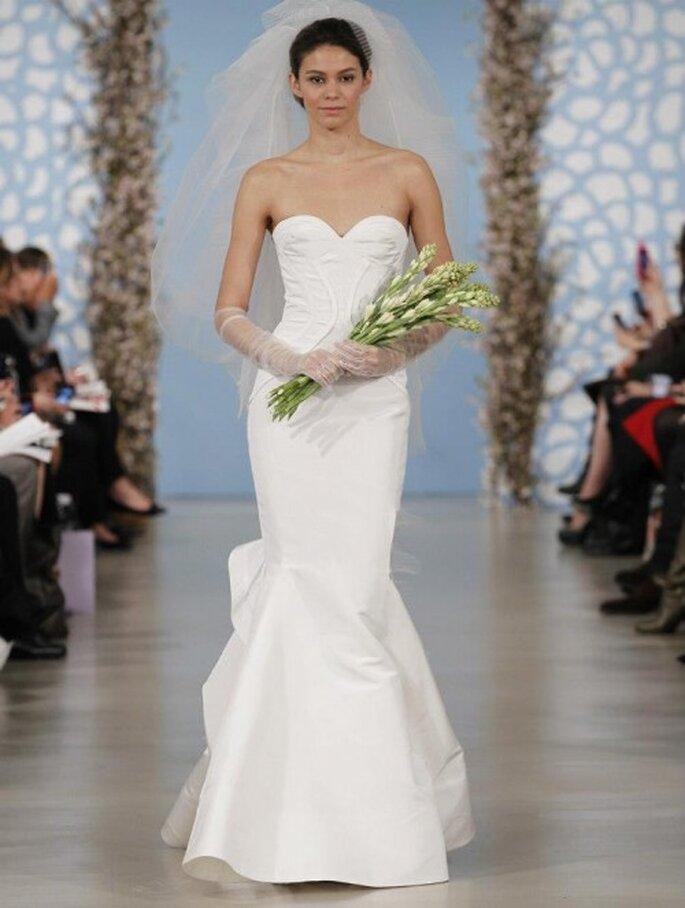 Vestido de novia con estilo minimalista. escote strapless con forma de corazón y cauda - Foto Oscar de la Renta