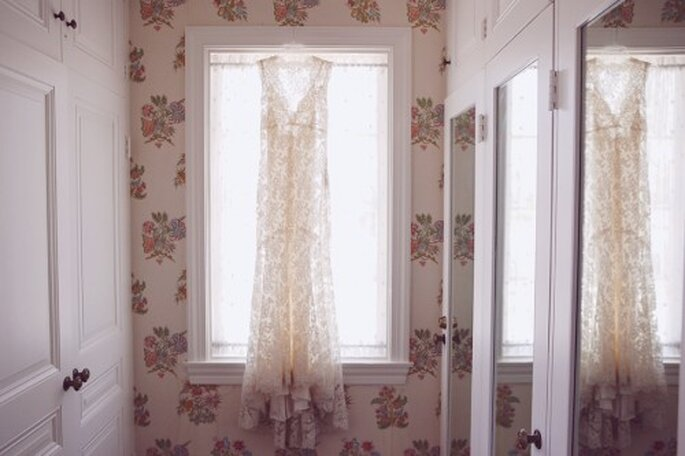 Robe de mariée avec de la dentelle et des broderies pour des photos de mariage version vintage - Photo Stephanie Williams
