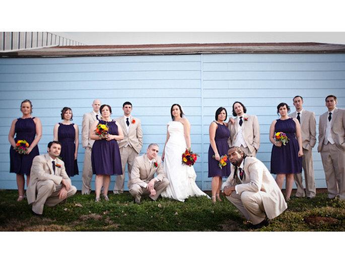 Color morado para tus damas de honor. Foto de Amy Majors