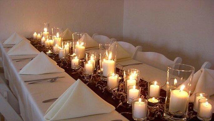 Tavolo essenziale con le candele a fare da ornamento. Foto www.matrimonio.pourfemme.it