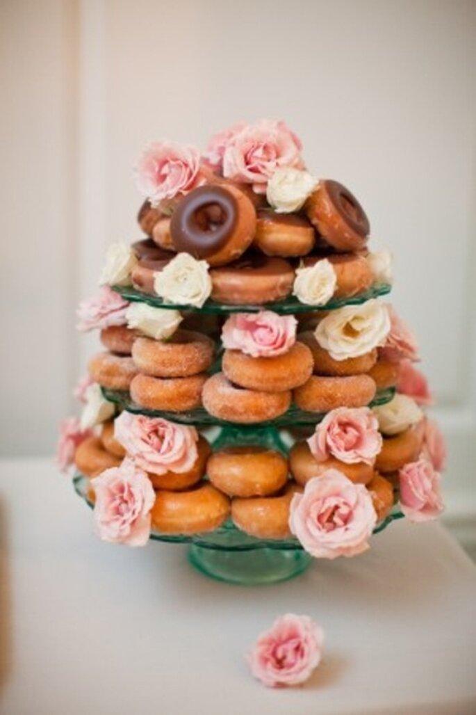 Elegante pastel de boda hecho con donas - Foto MegRuth Photo en ElizabethAnneDesigns