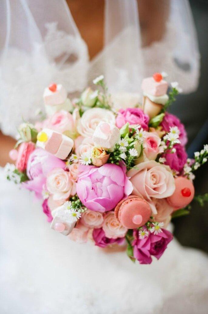 Bouquet de mariée gourmand Lily Griffiths : Pivoine, Mini Rose, Aster, etc - Photo : Béatrice Guigné