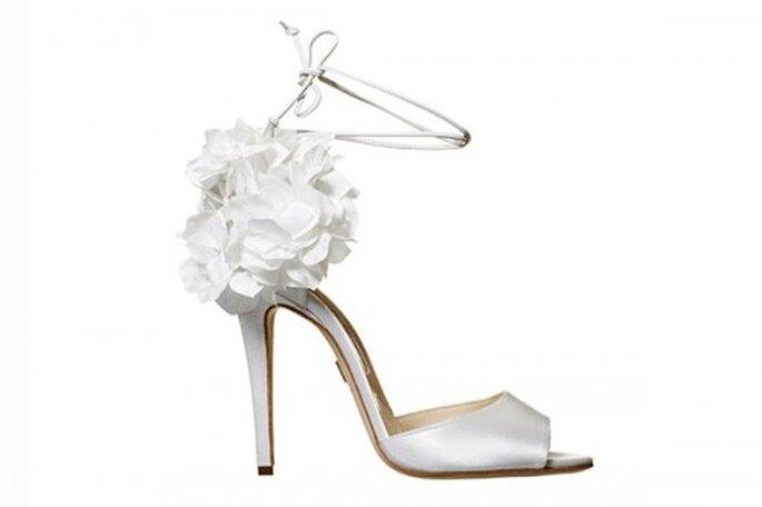 Zapatos de novia abiertos en color blanco con flores - Foto Brian Atwood