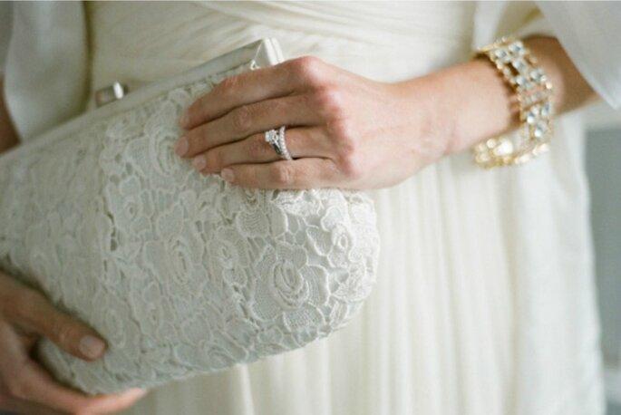 Bolsos de mano con diseño retro: una apuesta romántica y elegante para novias. Foto: Amy Majors Photography