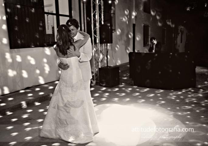 Der erste Tanz auf der Hochzeit. Foto: Fran attitudefotografia.com