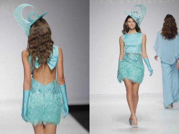 Vestido de fiesta corto con falda de plumas de Ana Torres 2015
