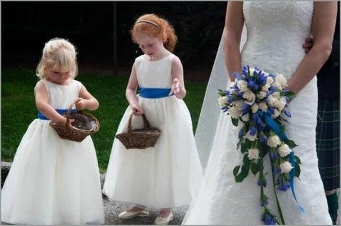 Detalles en azul para las pajecitas y el ramo de la novia. Foto: italianlakeswedding.com