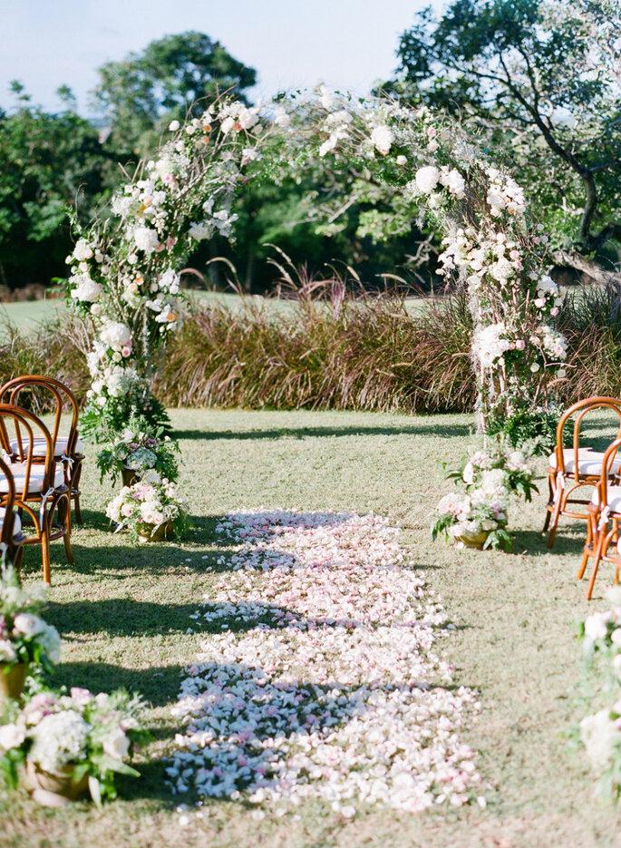 8 maneras creativas de decorar el pasillo de la ceremonia de boda. Foto-Jemma Keech