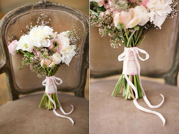Ramo de flores con lazo rosa
