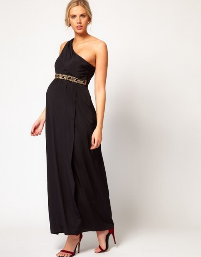 vestido de fiesta para invitada de boda embarazada en color negro con tirante en un hombro y cintillo dorado - Foto ASOS