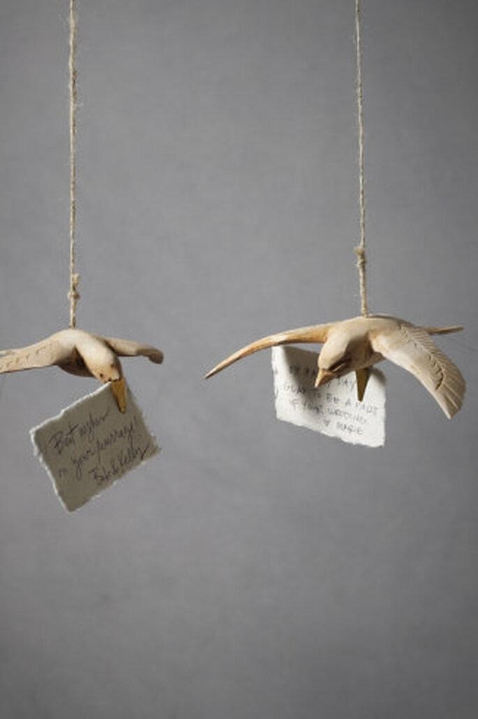 Clips de palomas de madera, se pueden colgar sobre las mesas o alrededor del pastel de boda. Foto: Bhldn.