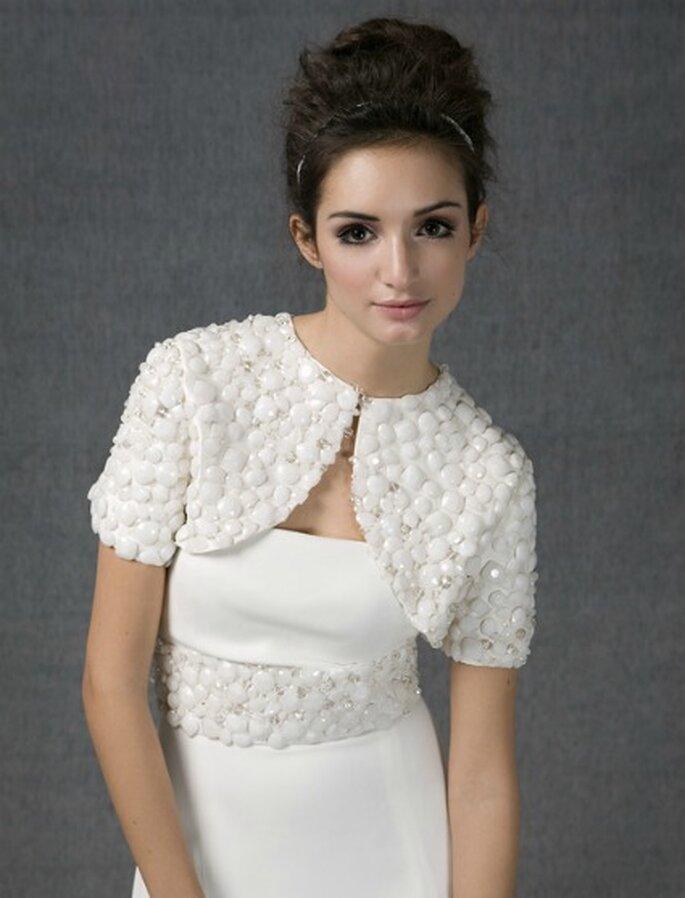 Vestido de novia línea sirena en crep de seda con bolero y cinturón bordado en piedras de talla cabujón - Santos Costura 2012