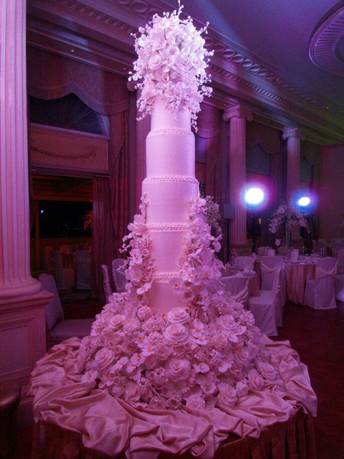 Pastel para boda en color blanco con detalles de flores - Foto Sylvia Weinstock