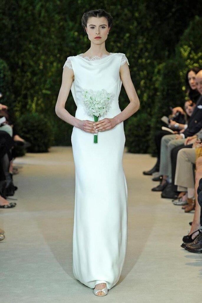 Vestido de novia confeccionado en satén con escote de cascada - Foto Carolina Herrera