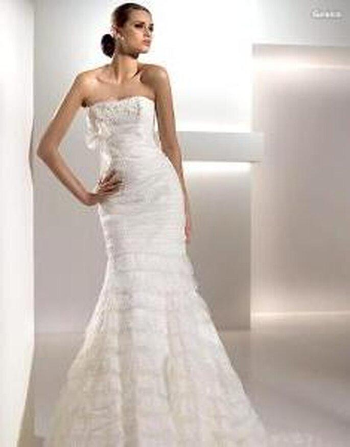 Pronovias 2010 - Galaica, vestido largo de corte sirena, en volantes, escote strapless