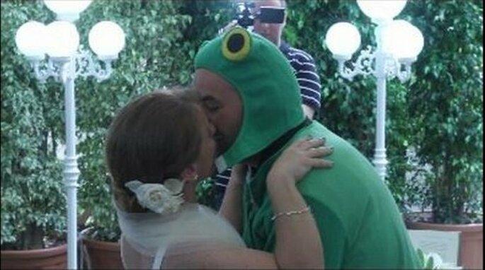 Beso del 'sapo' a la princesa durante la boda. Foto: Frame del vídeo Sur.es