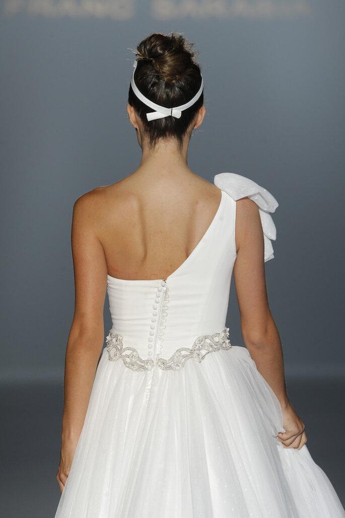 Vestidos de novia con escotes asimétricos, una tendencia must en 2015 - Foto Franc Sarabia