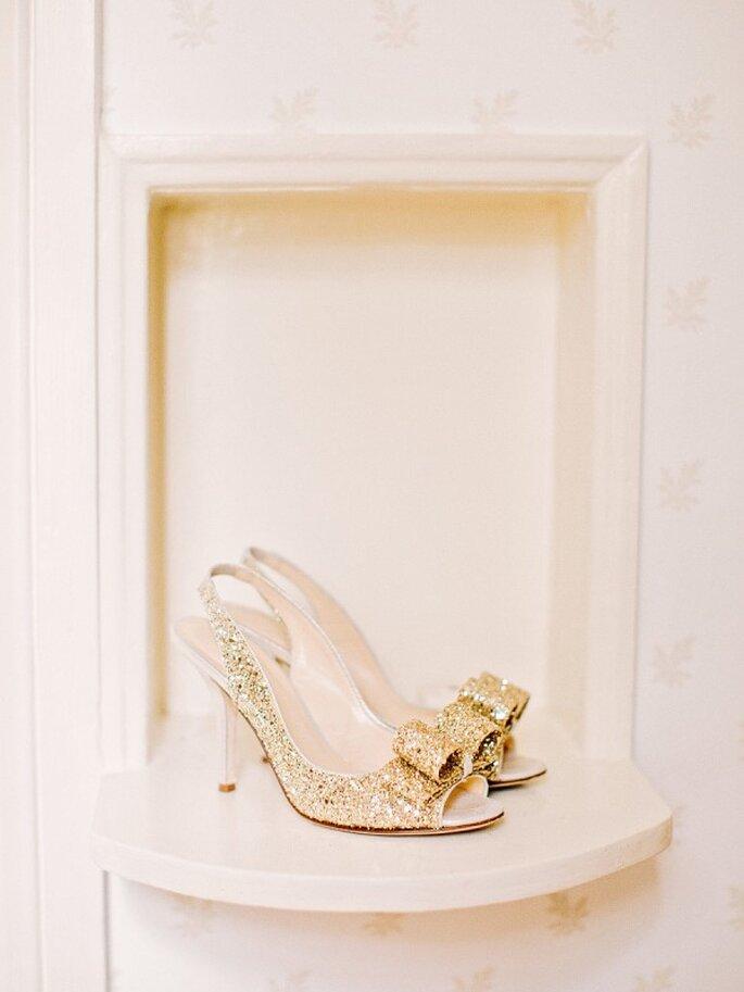 Zapatos de novia con aplicaciones y brillos - Amy Arrington Photography