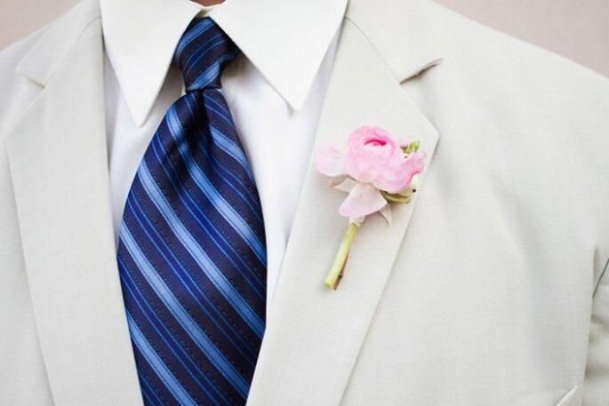 Un boutonniere diseñado con peonias en color rosa - Foto Lauren Kinsey Photography