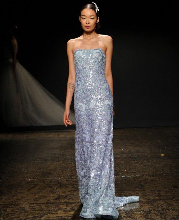 Vestido de novia con silueta columna y escote palabra de honor en color azul - Foto Lazaro