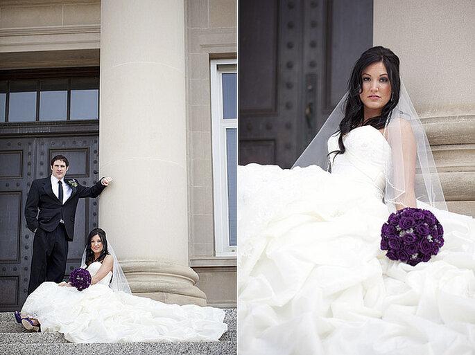 Un ramo de novia en violeta oscuro crea un efecto contrastante muy bello. Foto: Gabriel and Clarins Photography