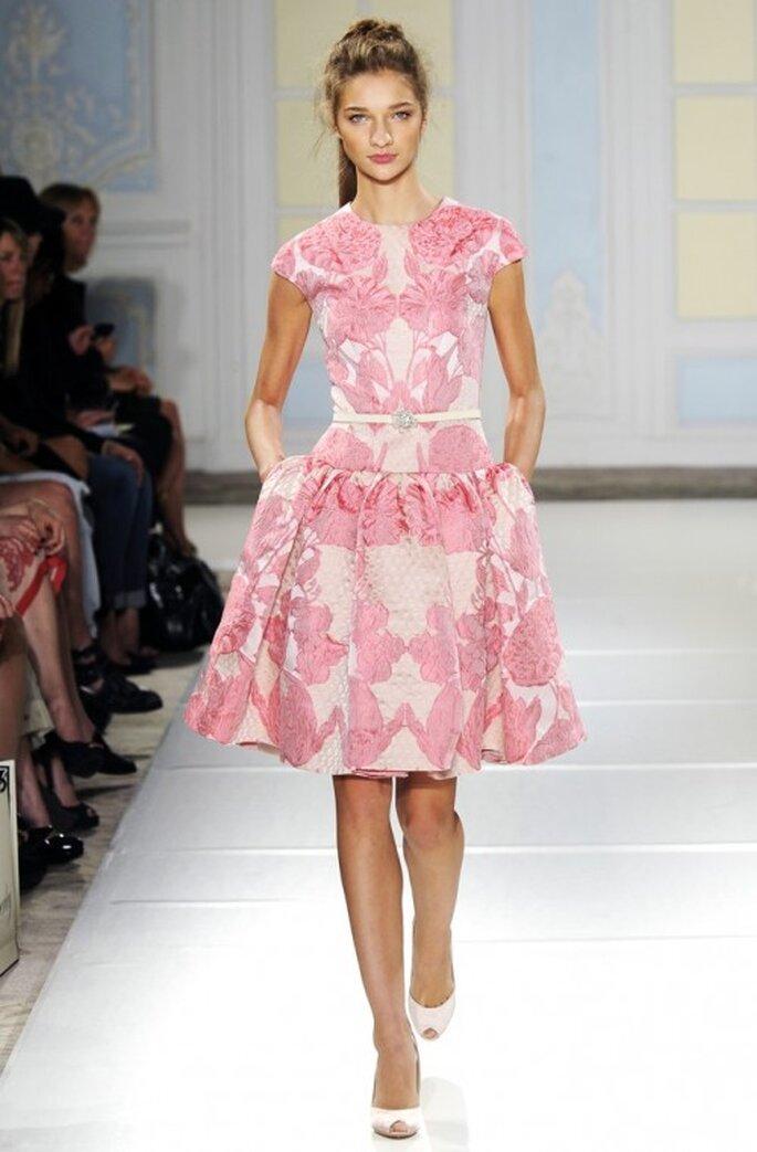 Vestido de fiesta corto en color blanco con mangas cortas y estampado de flores en tono rosa - foto Temperley London
