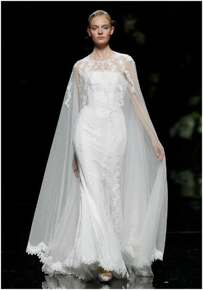 Vestido de novia con capa en lugar de velo. Foto: Pronovias