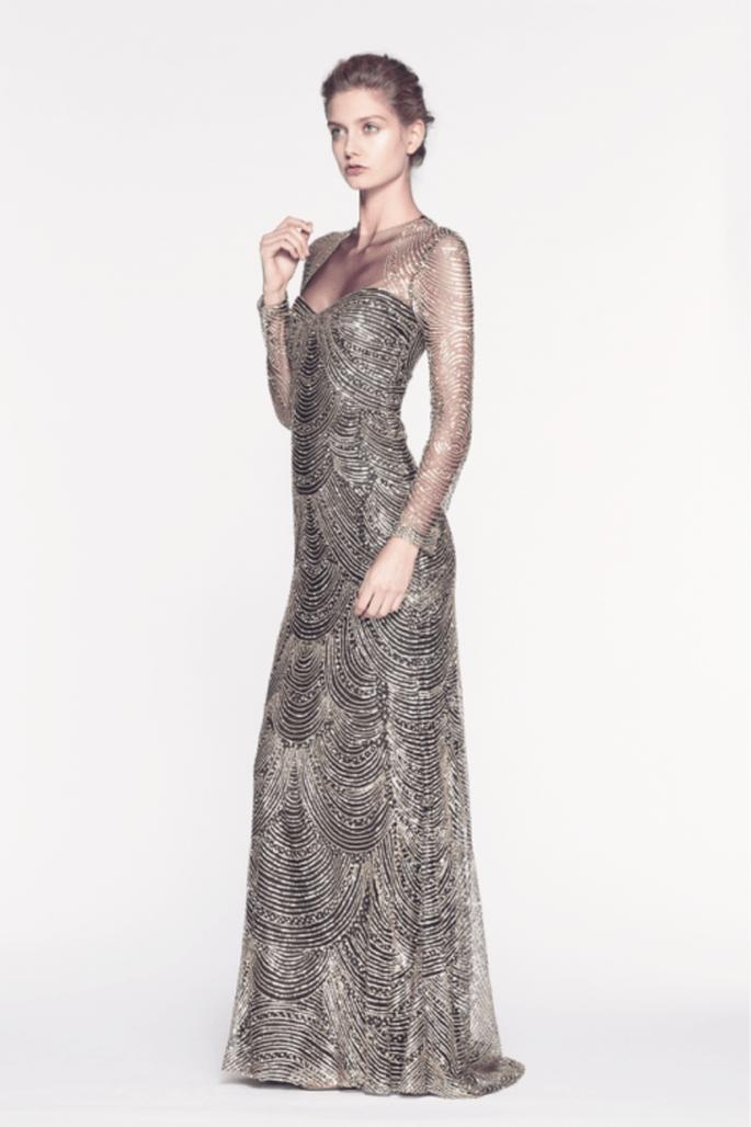 Vestido de fiesta largo en color cobre con mangas largas y transparencias - Foto Reem Acra