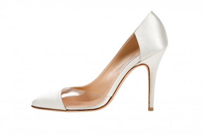 Zapatos de novia en color blanco con tacón cerrado y detalle de transparencia en el empeine - Foto Monique Lhuillier