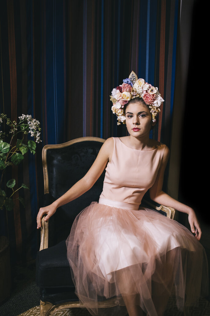 Vestido de Alicia Rueda y corona de flores de Anita Ribbon.