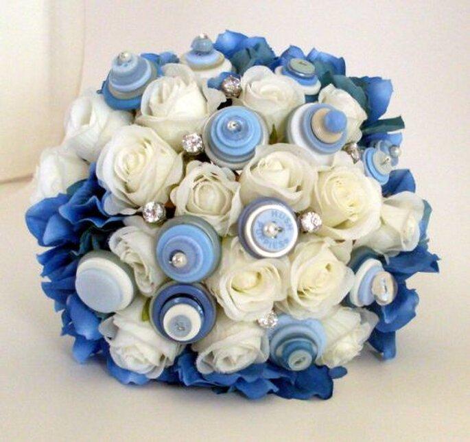 Bouquet de botones en blanco y azul de Angela's Artistic Designs. Foto: www.etsy.com