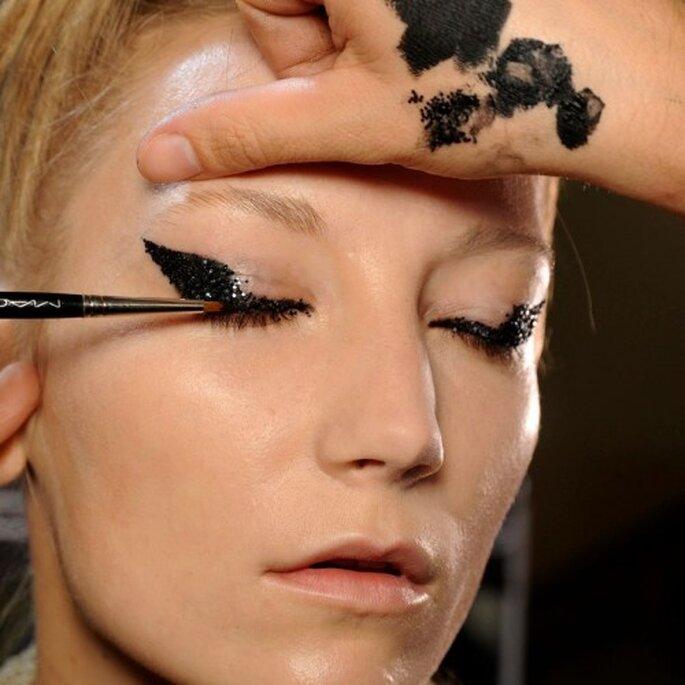 Enfoca el dramatismo en tus ojos con un delineado negro cubierto de apliques - Foto MAC Cosmetics