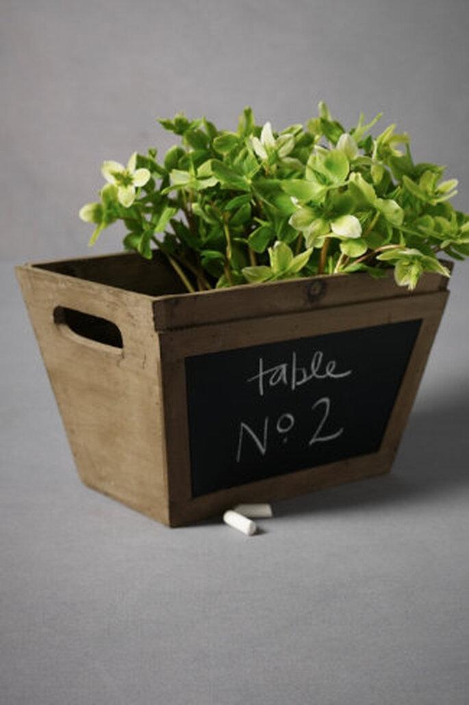 Anote los asientos o saludos en la cara de la pizarra de esta jardinera versátil, rellene el interior con flores o utensilios. Hecho a mano. Foto: Bhldn.